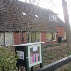 Aan de Stripe, tussen Wijnjewoude en Bakkeveen, staat de minibieb van Katja de Bruin, boekenredacteur bij de VPRO