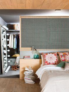 Dormitorio con vestidor detrás del cabecero