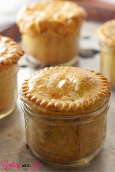 Chicken Pot Pie (in Mason Jars!) Chicken Pot Pie in Mason Jars Recipe - 15 Healthy Mason Jar Meals That Aren't Salads Mason Jar Desserts, Mason Jar Meals, Meals In A Jar, Mason Jar Pies, Mason Jar Food, Mason Jar Recipes, Mason Jar Lunch, Mason Jar Party, Mini Mason Jars