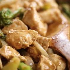 Best cashew chicken recipe and it's whole30 and paleo! This easy dinner is a family favorite- we can't get enough of this delicious and easy to make cashew chicken! Save this recipe for whole30 meal prep this