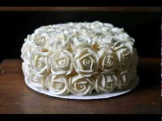 Yammie's Noshery: Buttercream Roses With Video Tutorial. Want to try this on cupcakes Cake Decorating Techniques, Cake Decorating Tutorials, Cookie Decorating, Decorating Cakes, Rosas Buttercream, Buttercream Recipe, Rose Frosting, Cake Icing, Cupcake Cakes