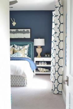 bleu canard chambre sur le mur au dessus du lit avec moquette en beige et des rideaux en bleu pétrole et blanc