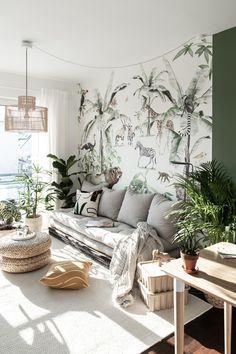 Muster-Tapete, Pflanzen und Grüntöne verwandeln das Wohnzimmer von Sorika in einen wohnlichen Dschungel und schaffen gemütliche Stimmung. Mediterranean Living Rooms, Couch, Throw Pillows, Inspiration, Bed, Furniture, Home Decor, Green Flats, Jungles