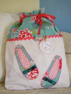 bolsa o bolsita de tela con aplicaciones hechas a mano