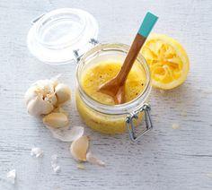 Basis saladedressing met citroen, honing, knoflook, mosterd , 8 weken bewaren in afgesloten pot