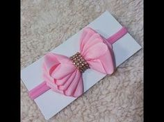 Laço de Fita Gorgurão N°5 - Aula 199 - YouTube Ribbon Hair Bows, Diy Hair Bows, Diy Ribbon, Ribbon Crafts, Bow Hair Clips, Fabric Flower Tutorial, Fabric Flowers, Handmade Accessories, Hair Accessories