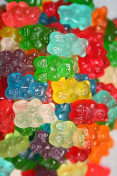 Jelly candies, chewing gums, lozenges, Turkish delight - Information portal about the food and confectionery industry Rainbow Food, Taste The Rainbow, Food Wallpaper, Bear Wallpaper, Bonbons Pastel, Road Trip Snacks, Retro Sweets, Candy Art, Colorful Candy
