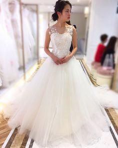 Chan✴︎ WeddingさんはInstagramを利用しています:「#ドレス試着レポ ③ 新作ドレスの#マーロット✨ #merlot 定価338,000円 CDがビスチェタイプならWDがノースリーブでもいいなぁと思っていたので試着💕 3Dの小花たちが繊細で可愛い😭…」