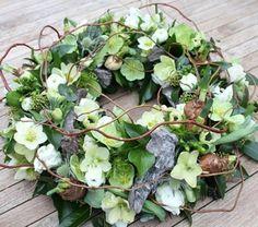 Voorjaarskrans met o.a. helleboris, klimop, narcissen, en distels