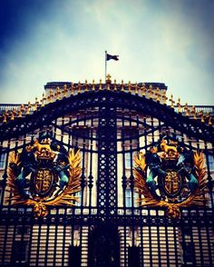 #buckinghampalace #buckingham #london #cityoflondon #royal #family #windsor #union #flag #sky #blue #palace #clouds #london2015 #londonlife #ukpotd #england #gold #metal #crest #uk #bigben #londoneye #westminster #instapic #instagood #instadaily by andrewdwilson