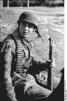 2350 WWII B/&W Photo German Wehrmacht Soldiers Cleaning Mauser 98k Rifles  WW2