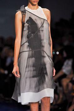 Vera Wang at New York Fashion Week Spring 2014 - Details Runway Photos New York Fashion, High Fashion, Womens Fashion, 70s Fashion, Dress Fashion, Fashion Details, Fashion Tips, Fashion Design, Fashion Trends
