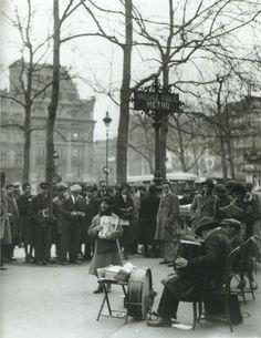 ne chanteuse de rue, à Paris, vers 1930... (photo anonyme)
