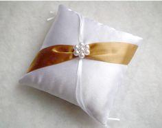 Gyöngyvirág gyűrűpárna arany szalaggal - wedding, ring pillow Napkin Rings, Home Decor, Ring Pillows, Decoration Home, Room Decor, Home Interior Design, Napkin Holders, Home Decoration, Interior Design