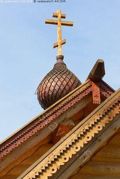 Uskonto - risti katto räystäs uskonto usko ortodoksi  ornamentti koriste hirsi rakennus Kajaani Kainuu