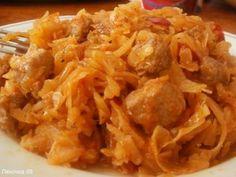 Тушенная капуста в мультиварке (обед по минус 60) *мясо-у меня нежирная свинина- 200г *капуста- 1 небольшой кочан *морковка- 1 шт *лук репчатый - 1 шт *перец болгарский- 1 шт (можно и без него Wink ) *соль ,перец, паприка - по вкусу * томатная паста - 2 десертные или 1 ст.л. *растительное масло- 1 ч.л. на порцию *вода или бульон- 250 мл