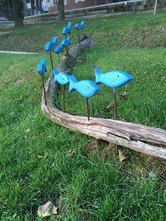 Diy Garden Projects, Garden Crafts, Beach Theme Garden, Nautical Landscaping, Outdoor Art, Outdoor Decor, Driftwood Projects, Wood Fish, Fish Crafts
