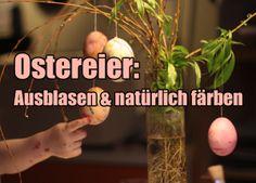Zumindest für Kinder gehören Ostereier zum Osterfest irgendwie dazu. Wir sind kreativ gewesen und haben Eier ausgeblasen, sie mit Naturfarben bemalt und an unseren DIY-Improvisations-Osterstrauß gehängt.
