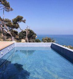 Mornings like this  #goodmorning #swimmingpool #blue #sunny #day #summer #vsco #photomafia #landscape by crisfer_81