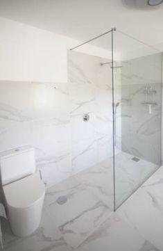 Desenhamos e construímos este quarto de banho de luxo. Banheira ou base de duche? Porque não as duas! #casadebanho #wc #duche