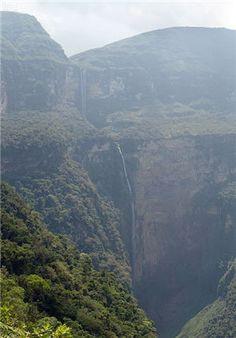 """Conozca el Gocta, una de las cataratas más alta del mundo.  La tercera catarata más altas del mundo se llama """"Gocta"""" con sus 771m y se encuentra dentro del bosque grumoso del Amazonas, en la ciudad de Chachapoyas. Llegar a tocar sus aguas cuesta casi 4 horas entre caminos inhóspitos, de brechas angostas y con una extensa vegetación, pero que se logra con ayuda de algunos lugareños."""
