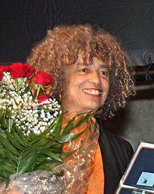 Angela Yvonne Davis ist eine US-amerikanische Bürgerrechtlerin, Philosophin, Humanwissenschaftlerin und Schriftstellerin. In den 1970er-Jahren wurde sie zur Symbolfigur der Bewegung für die Rechte von politischen Gefangenen in den USA. https://www.google.at/search?q=Angela+Davis&ie=utf-8&oe=utf-8&gws_rd=cr&ei=_zEfVoPnHsGzaaDykeAK