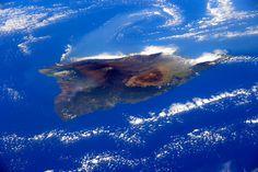 Hawaii, USA. Ein bisschen erinnert die Form an einen Rochen - zu sehen ist hier aber Hawaii, genauer gesagt die gleichnamige und größte Insel des Archipels. Das Foto wurde von der Internationalen Raumstation ISS aus aufgenommen. Auch aus dem All gut zu erkennen: die beiden Nachbarvulkane Mauna Loa und Mauna Kea.