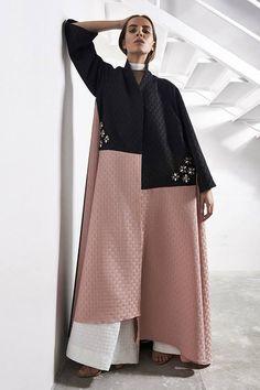 9 ألوان عبايات لأناقة المرأة الخليجية في شتاء 2017 Abaya Fashion, Muslim Fashion, Modest Fashion, Fashion Dresses, Mode Abaya, Mode Hijab, Modest Wear, Modest Outfits, New Abaya Style