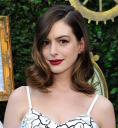 Dark red lipstick + soft waves in the hair, the perfect combo worn by Anne Hathaway