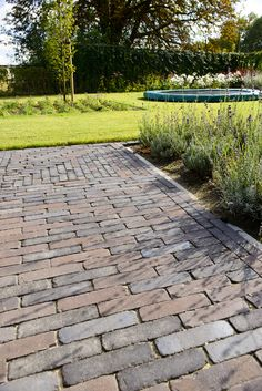 Terra Ancona Antica, volg de link voor een prijsopgave. Stepping Stone Walkways, Paving Stones, Garden Images, Brick Patios, Pavement, Garden Paths, Pathways, Beautiful Gardens, Pergola