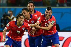 EL MAGO. Con gol de Valdivia la selección chilena vence 2-0 a Australia, en el segundo partido del grupo B del Mundial Brasil 2014. (AFP)