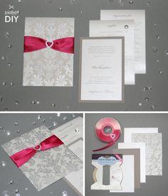 Grundlage für diese DIY Idee ist eine im Siebdruck mit Ornamenten bedruckte B6 Karte mit Einstecktasche aus italienischem Papier. Diese haben wir mit Satinband in Pink und einem Strassherz kombiniert. Durch die passenden und einfach zu bedruckenden Einlegekarten, kannst du diese Idee ganz einfach umsetzen.    Hochzeitskarten basteln - Karte mit Einstecktasche - DIY   
