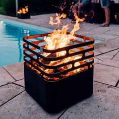 De Cube vuurkorf van Höfats is de ideale sfeermaker op een winterse dag of een zomerse avond. Deze vuurschaal kunt u gemakkelijk omdraaien zonder dat het vuur en het hout eruit valt.  Als er geen vuur brandt kunt u deze vuurkorf ook gebruiken als krukje of bijzettafel.  Picture Cube, Outdoor Fire, Outdoor Decor, Brick Bbq, Fire Basket, Garden Design Plans, Fire Pit Designs, Fire Bowls, Diy Garden Projects