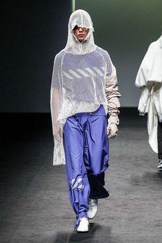 De nuevo la deconstrucción de la ropa y el juego de los géneros se hace presente en la semana de la moda de Seúl