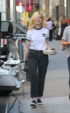O estilo de Elle Fanning - Guita Moda Ellie Fanning, Dakota And Elle Fanning, Looks Style, Casual Looks, Elle Fanning Maleficent, T Shirt Branca, Fashion Models, Fashion Outfits, Fashion Tips For Women
