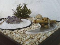 Fonte decorativa ou mini jardim.  Luz interna.  Cristal e planta removíveis.  Interruptor à parte para o cristal.  Base em madeira na cor tabaco.  Revestido por baixo com carpete (não risca).  Lampada de led e bamba