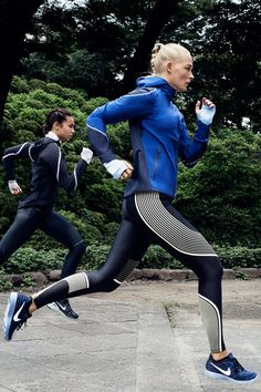 Weather is an easy excuse — but rain or shine, you'️re going for a run. Stay dry and protected through every mile in our latest running shoes, leggings and waterproof jackets. Explore it all in the latest Nike Women Style Guide. Sport Fashion, Fitness Fashion, Adidas Fashion, Foto Sport, How To Wear Joggers, Winter Outfits, Casual Outfits, Fashion Outfits, Basket Noir