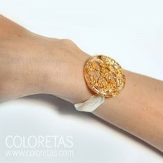 Golden Flakes bracelet with lace. The lace can be easily adjusted to to different  wrist measures - Pulsera chispas con cierre de lazo tipo organza facilmente ajustable a diferentes medidas.
