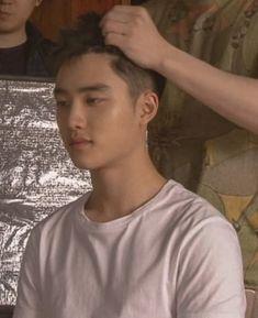 Poor D.O looks like he wants to die 😂😂 Kyungsoo, Chansoo, Chanbaek, Twitter D, Two Worlds, He Makes Me Happy, Travie Mccoy, Xiuchen, Exo Korean