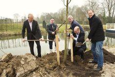 14 maart 2014 - college B&W planten bomen langs de rand van de Vlinderhof