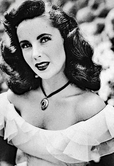 Elizabeth Taylor, her hair is so amazing in this photo, I love it so much! Hollywood Icons, Old Hollywood Glamour, Vintage Hollywood, Classic Hollywood, Hollywood Actresses, Divas, Classic Actresses, Actors & Actresses, Brigitte Bardot