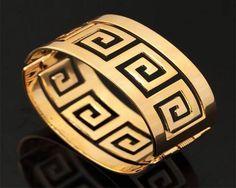 Dans l'esprit antique, ce bracelet manchette est perforée selon un motif ethnique. Originalité et élégance sont au rendez-vous dans cette création signé Hon'Or Empire.