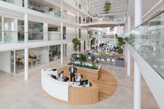 Image 14 of 32 from gallery of Westland Town Hall / architectenbureau cepezed. Photograph by Lucas van der Wee Atrium Design, Lobby Design, Space Interiors, Office Interiors, Lobby Interior, Interior And Exterior, Contemporary Architecture, Interior Architecture, Halle