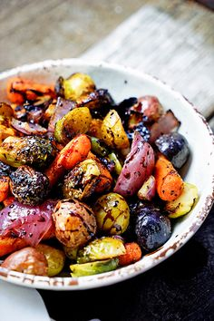 Easy Roasted Vegetables with Honey and Balsamic Syrup.keviniscookin… Lightly roasted vegetables with honey and balsamic syrup. Roasted Vegetable Recipes, Roasted Vegetables, Veggie Recipes, Vegetarian Recipes, Veggies, Cooking Recipes, Healthy Recipes, Easy Recipes, Colorful Vegetables