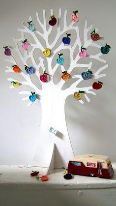utterly adorable crochet apples DIY -- ing-things.blogspot.com