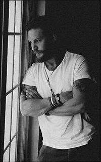 Tom Hardy - If I could marry another, this would be the man. Foto Portrait, My Tom, Poses For Men, Looks Black, Hommes Sexy, Mans World, Celebrity Crush, Photography Poses, Beautiful Men