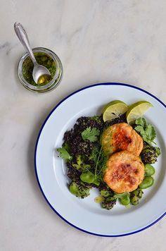 Quinoa Preta com Favas e Hamburgers de Salmão