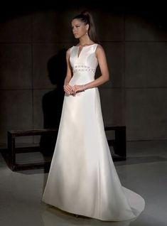 <p>Vestido de novia modelo Gales, de Villais. Estilo elegante y sencillo. De corte princesa, escote barco alto y detalles bajo el busto.</p>