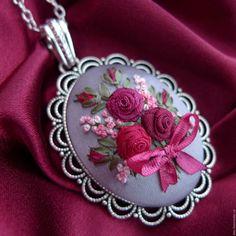 Купить Кулон с вышивкой лентами Вкус барбареско - бордовый, серебристый кулон, кулон с розами
