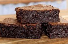 Μια πολύ εύκολη συνταγή για ένασοκολατένιο, σούπερ υγρόbrοwnies. Εκπληκτική χυμώδη γεύση για τη τέλεια γαστρική απόλαυση για τους λάτρεις της σοκολάτας κ